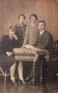 Otec Karl Kirchner se sestrami Fridou, Marii a Anou v roce 1929