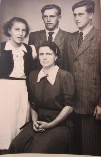 Rodina Kirchner - matka Gertrhuda, sestra Antonie, bratr Rudolf a Hubert Kirchner