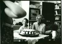 Eva Bošková v roce 1983 s vnučkou Kristínkou