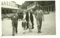 Eva Bošková v roce 1933 v Luhačovicích s maminkou a tatínkem