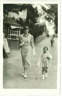 Eva Bošková s maminkou v roce 1934