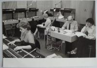 Při práci ve studiu, vpravo režisér Josef Červinka a překladatel Jiří Josek