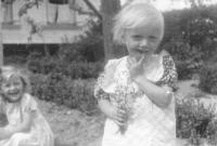 Lenka Haráková, rok 1947 nebo 1948 (v pozadí její sestra Dagmar)