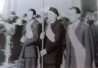Karel Floss, první zleva nese prapor při slavnostním obnovení Olomoucké Univerzity, rok 1946