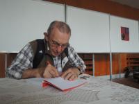 Jaroslav Haidler podepisuje svou knihu