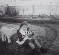 Eva Dobšíková na zahradě ve Vranovicích