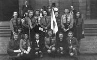 Zdislava Michlová se skauty (vlevo od praporu)