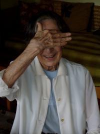 Babička Zdislava - tehdy ještě v jejím bytě na Smíchově (fotografování neměla příliš v lásce)