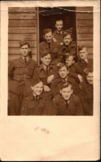 Ve výcvikovém středisku RAF Depot, Cosford; Milan Kulík vprvní řadě zleva, vedle něj bratr Oldřich e výcvikovém středisku RAF Depot, Cosford; Milan Kulík vprvní řadě zleva, vedle něj bratr Oldřich