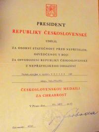 Vyznamenání za chrabrost podepsané Ludvíkem Svobodou