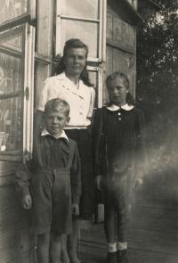 Dobromila s maminkou a bratrem, 1944