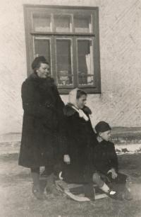 S maminkou Eugenií roz. Kendíkovou a bratrem Lubomírem, 1946