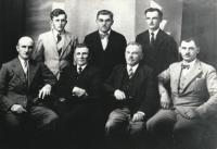 Dědeček Josef Vlk, vpředu 2. zprava, redakční kroužek časopisu Hlas Volyně