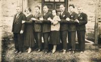 Dědeček Josef Vlk se svými dětmi, otec pamětnice 2. zprava