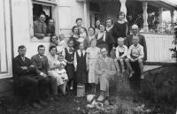 Rodinná foto, 1933, Posvícení, pamětnice miminko v náručí rodičů