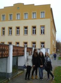 Žáci před ateliérem v Sušici