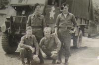 Emil Kočnár stojící vlevo