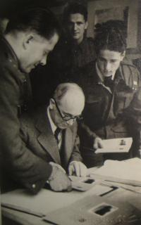 Výstava v Liverpoolu 1942, uprostřed prezident Edvard Beneš, vpravo Emil Kočnár