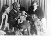 8.Na snímku uprostřed kmotra nejstarší dcery Kateřiny – paní Leni Küng-Kohli z organizace HEKS ze Švýcarska na návštěvě u Jirounků