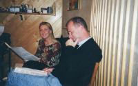 """x12.S operní zpěvačkou Magdalenou Koženou v nahrávacím studiu v Praze při přípravě nahrávání písně """"S poduškou řípu pod hlavou"""" – pravděpodobně v roce 1998"""