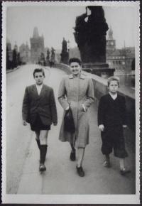 Matka Jiřina Sokolová se syny Janem a Václavem