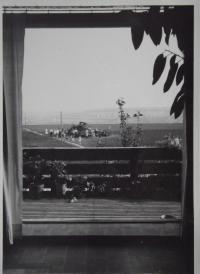 Pohled z okna domu na ruské letadlo