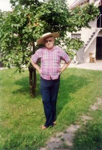 Václav Kelnar na zahradě v Troubkách