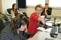Děti v rozhlasovém studiu pracují na reportáži
