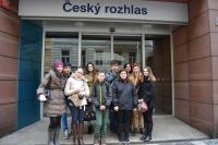 Žáci před budovou Českého rozhlasu