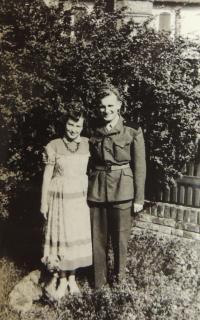 s manželkou Jiřinou ve vojenském