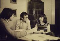 S přáteli doma (Marek Kopelent uprostřed)