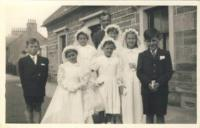 První svaté přijímání, před katolickým kostelem, Invorgorden, 1956