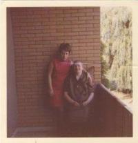 Denise s babičkou, na balkone pečovatelského domu, Helpsen, 1969