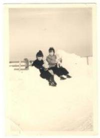 Denise s kamarádem ve sněhu, Tain, 1955