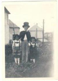 Jako Jeníček a Mařenka, s Peterem, (matka ušila kostýmy), 1952Ha