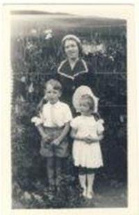 Truda s Denise a Peterem na zahradě v Glenmorangie, 1954
