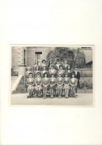Denise druhá vlevo, Dívčí škola, Aberdeen, 1966