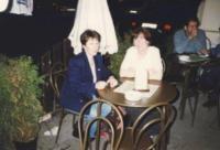 Denise s kolegyní Celií v Praze po týdnu, kdy spolu pracovaly v Mostě, 1996