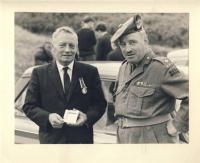 Bob, Fort George, dostává medaily za získání a zacvičení vojenských kadetů v Tain, 1967