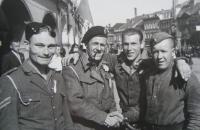 Spojenečtí vojáci, každý jiné národnosti