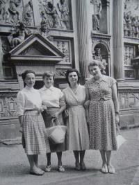 Štefania Lorándová úplně vpravo