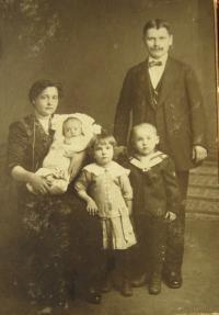 Fotografie rodiny Kočí v roce 1916, krátce po narození otce pamětníka.