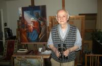Josef Hošna s dalekohledem, který sebral 1945 z tanku, 1. natáčení pro PB; 2. 12. 2014, Praha - Modřany - byt pamětníka