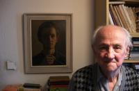 Josef Hošna se svým autoportrétem z roku 1954, 1. natáčení pro PB; 2. 12. 2014, Praha - Modřany - byt pamětníka