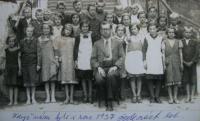 Žáci obecné školy, Josef úplně vpravo; 1937, Brloh