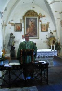 Mše v kostele sv. Michaela v Nové Roli na Karlovarsku; Josef Hošna namaloval tři oltářní obrazy a 14 zastavení křížové cesty, realizace 1993-98