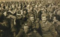 Odpočinek před dlouhým pochodem, Sokolov, 2. 8. 1949 (Josef první zprava bez čepice)