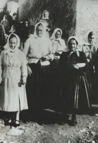 Josefova matka vlevo, kmotra Petronila vedle ní - cestou z kostela, 1931, Brloh