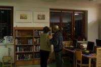 Vernisáž výstavy v Husově knihovně v Modřanech, Hošnova dcera se svým manželem; Modřany, 23. 3. 2015