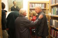 Vernisáž výstavy v Husově knihovně v Modřanech, vlevo Josef Hošna, vpravo Hošnův přítel Ing. Kolařík, který výstavu uváděl; Modřany, 23. 3. 2015